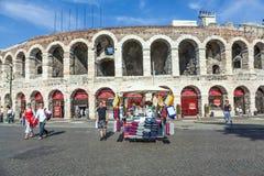 Ludzie pozują przy areną Verona Fotografia Royalty Free