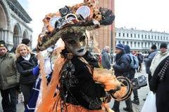 Ludzie pozuje w luksusowym kostiumu przy Wenecja, Włochy 2015 Fotografia Stock