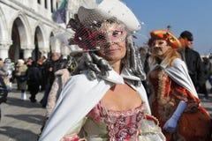 Ludzie pozuje w luksusowym kostiumu przy Wenecja, Włochy 2015 Zdjęcia Stock