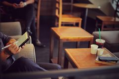 Ludzie prac w sklep z kawą Zdjęcia Royalty Free
