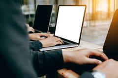 Ludzie prac zespołowych używać laptop z pustym ekranem w offic Obrazy Stock