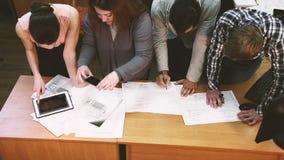 Ludzie pracują na projekcie w biurze Odgórny widok zdjęcie wideo
