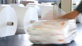 Ludzie pracują w ampuła magazynie z towarami przy fabryką zdjęcie wideo