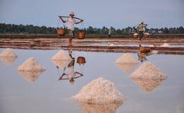Ludzie pracuje na soli polu w Kambodża obraz stock
