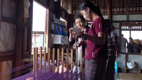 Ludzie pracuje przy fabryką w intarsi, Myanmar zbiory