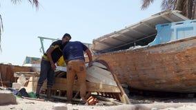 Ludzie pracuje przy suchym dokiem zdjęcie wideo