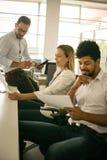 Ludzie pracuje w biurze Ludzie biznesu ma readin Zdjęcia Royalty Free