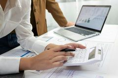 Ludzie pracuje w finanse, ksi?gowo??, biznesowy konsultowa?, ucz?cy rad?, sprawdza konta obraz stock