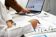 Ludzie pracuje w finanse, ksi?gowo??, biznesowy konsultowa?, ucz?cy rad?, sprawdza konta fotografia stock