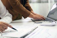 Ludzie pracuje w finanse, ksi?gowo??, biznesowy konsultowa?, ucz?cy rad?, sprawdza konta zdjęcia royalty free