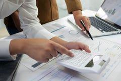 Ludzie pracuje w finanse, ksi?gowo??, biznesowy konsultowa?, ucz?cy rad?, sprawdza konta obrazy royalty free