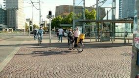 Ludzie przechodzą drogę na kolarstwa przejściu i pieszy zdjęcie wideo