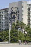 Ludzie przechodzą ikonowego ministerstow spraw wewnętrznych Obrończego budynek w Hawańskim, Kuba Obraz Stock