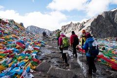 Ludzie Przechodzą góry Kailash himalajów pasma Tybet Kailas yatra obraz stock