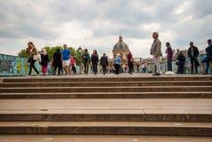 Ludzie przechodzić Pont De Sztuka most, Paryż Zdjęcia Royalty Free