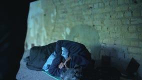 Ludzie przechodzi biednym bezdomnym młodym człowiekiem, nieszezególny egoistyczny społeczeństwo, ubóstwo zbiory