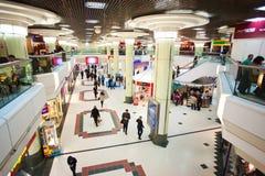 Miasta centrum handlowe indoors z ludźmi Fotografia Royalty Free