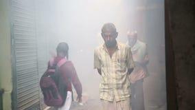 Ludzie przechodzi w dół mgłowego przejście w Varanasi zbiory wideo