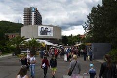 Ludzie przed hotelowy Termicznym podczas Karlovy Zmieniają międzynarodowego ekranowego festiwal na Lipu 3, 2016 w Karlovy Zmienia Zdjęcie Stock