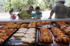 Ludzie przed piekarni czekaniem dla zakupu fasta food w Sofia, Bułgaria †'Sep 4, 2015 Fast food, ciasto, piekarnia Obraz Royalty Free