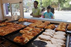 Ludzie przed piekarni czekaniem dla zakupu fasta food w Sofia, Bułgaria †'Sep 4, 2015 Fast food, ciasto, piekarnia Zdjęcie Stock