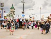 Ludzie przed piwnymi namiotami przy Oktoberfest Obrazy Stock