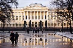 Ludzie przed Rosyjskim muzeum w St Petersburg, Rosja Zdjęcia Royalty Free