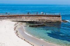 Ludzie Przegapia losu angeles Jolla dzieci ` s basenu na Dennej ścianie Obrazy Royalty Free