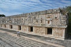 Ludzie przeglądać nunnery budynek w Uxmal Jukatan Peninsu Obrazy Stock