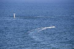 Ludzie przejażdżki jetski na błękitnym morzu fotografia stock