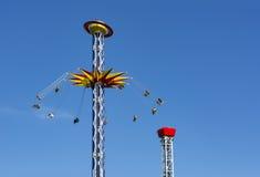 Ludzie przejażdżki na carousel wysokim Zdjęcie Stock