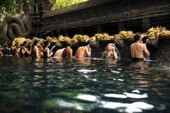 Ludzie przy świętej wody świątynią Obrazy Stock
