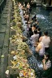 Ludzie przy świętej wody świątynią Zdjęcie Stock