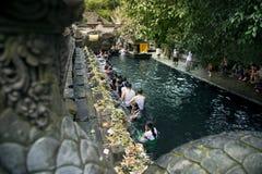 Ludzie przy świętej wody świątynią Fotografia Stock