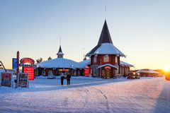 Ludzie przy Święty Mikołaj Wakacyjną wioską Lapland przy zmierzchem Obraz Stock