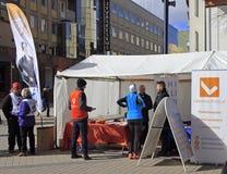 Ludzie przy agitacja namiotem w Jyvyskala, Finlandia Fotografia Stock