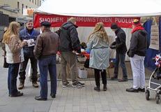 Ludzie przy agitacja namiotem w Jyvyskala, Finlandia Obrazy Royalty Free