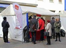 Ludzie przy agitacja namiotem w Jyvyskala, Finlandia Zdjęcie Stock