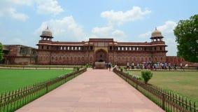 Ludzie przy Agra fortem w India Zdjęcia Royalty Free