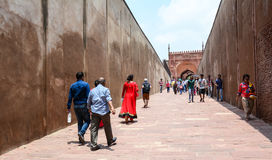 Ludzie przy Agra fortem w India Obrazy Royalty Free