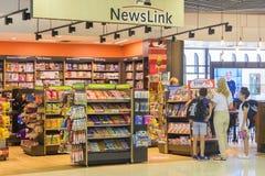 Ludzie przy bezcłową księgarnią w Melbourne lotnisku Fotografia Stock