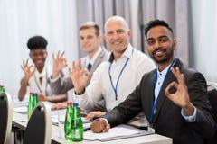 Ludzie przy biznesową konferencją pokazuje ok ręka znaka Zdjęcia Royalty Free