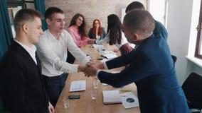 Ludzie przy biznesowej konferencji obsiadaniem stołem Końcówka konferencja Ludzie daje each inny uściskowi dłoni obrazy royalty free