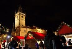 Ludzie przy bożymi narodzeniami targowy Praga Obraz Royalty Free