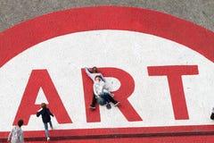 Ludzie przy centre pompidou nad sztuka znakiem Obrazy Royalty Free