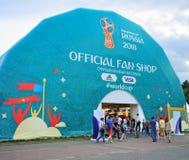 Ludzie przy FIFA pucharu świata Rosja 2018 sklepem Obraz Royalty Free