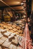 Ludzie przy jedzenie stojakiem przy Bożenarodzeniowym światem na Rathausplatz, Vienn obrazy royalty free