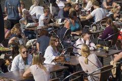 Ludzie przy kawiarnią Zdjęcie Royalty Free