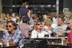Ludzie przy kawiarnią Zdjęcia Royalty Free