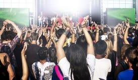 Ludzie przy koncertem z rękami up Zdjęcie Royalty Free
